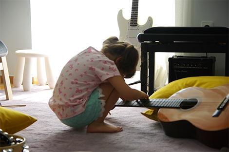 παιδί-με-κιθάρα-συνεδρία-μουσικοθεραπείας