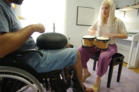 ανδρας-σε-αμαξίδιο-παίζει-aquadrum-σε-συνεδρία-μουσικής-ψυχοθεραπείας