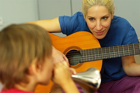 Χριστίνα-Καλλιώδη-και-παιδί-με-κόρνο-συνεδρία-μουσικής-ψυχοθεραπείας