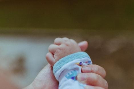 χέρια-γονιού-και-βρέφους
