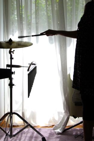 έγγυος-παίζει-πιατίνι-σε-συνεδρία-μουσικής-ψυχοθεραπείας