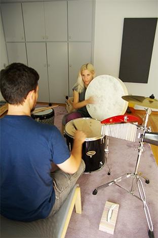 έφηβος-παίζει-τύμπανο-σε-συνεδρία-μουσικής-ψυχοθεραπείας