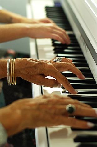 ηλικιωμένη-γυναίκα-παίζει-πιάνο-σε-συνεδρία-μουσικής-ψυχοθεραπείας
