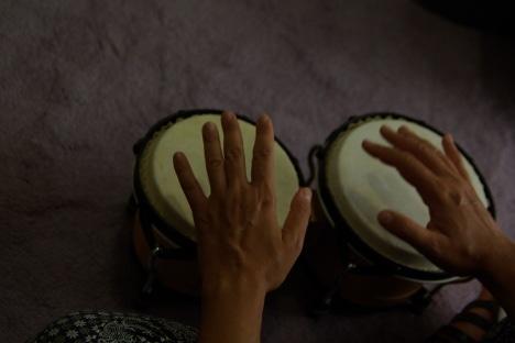 χέρια-που-παίζουν-μπόνγκος
