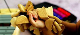 χέρι-κρατώντας-ξύλινο-κρουστό